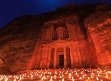 Το Υπουργείο Οικονομικών, η Petra τή νύχτα Μια αρχαία πόλη της Petra, Al Khazn Στοκ Φωτογραφίες