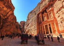 Το Υπουργείο Οικονομικών στη Petra το αρχαίο Al Khazneh πόλεων στην Ιορδανία Στοκ φωτογραφία με δικαίωμα ελεύθερης χρήσης