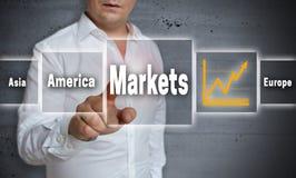 Το υπόβαθρο έννοιας αγορών παρουσιάζεται από το άτομο Στοκ Εικόνα
