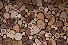 Το υπόβαθρο αποτελείται από τα τμήματα σύστασης του διαφορετικού ξύλου στοκ εικόνες