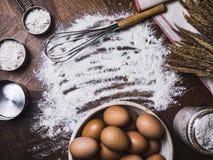 Το υπόβαθρο αρτοποιείων εξαρτημάτων ψησίματος ζύμης με το αλεύρι και χτυπά ελαφρά στοκ εικόνα