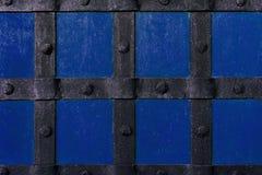 Το υπόβαθρο είναι χρωματισμένο με το μπλε χρώμα με τις ακτίνες και τα καρφιά μετάλλων στοκ φωτογραφία με δικαίωμα ελεύθερης χρήσης