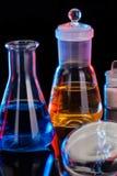 Το υπόβαθρο εργαστηρίων χημείας Διάφορος εξοπλισμός εργαστηρίων χημείας γυαλιού Στοκ φωτογραφίες με δικαίωμα ελεύθερης χρήσης