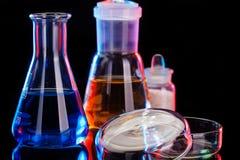 Το υπόβαθρο εργαστηρίων χημείας Διάφορος εξοπλισμός εργαστηρίων χημείας γυαλιού Στοκ Φωτογραφίες