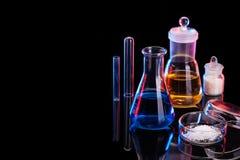 Το υπόβαθρο εργαστηρίων χημείας Διάφορος εξοπλισμός εργαστηρίων χημείας γυαλιού Στοκ Εικόνες