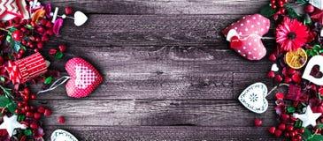 Το υπόβαθρο ημέρας βαλεντίνων ` s με την αγάπη τα στοιχεία όπως τις καρδιές βαμβακιού και εγγράφου Στοκ φωτογραφία με δικαίωμα ελεύθερης χρήσης