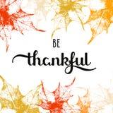 Το υπόβαθρο διακοπών με τα φύλλα σφενδάμου φθινοπώρου και συρμένες τις χέρι λέξεις είναι ευγνώμον ελεύθερη απεικόνιση δικαιώματος