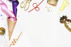 Το υπόβαθρο κόμματος, ποτό και τρώει Θηλυκή σκηνή, χώρος εργασίας Πρότυπο προϊόντων Κώνος παγωτού, σωλήνες για τα κοκτέιλ, τσάντα Στοκ Εικόνες