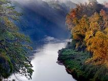 Το υπόβαθρο περιβάλλοντος με έναν ποταμό Στοκ Φωτογραφίες