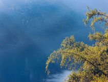 Το υπόβαθρο περιβάλλοντος με έναν ποταμό Στοκ φωτογραφίες με δικαίωμα ελεύθερης χρήσης