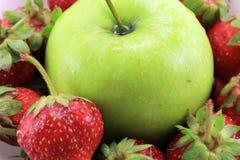 Το υπόβαθρο της ώριμης φράουλας και της πράσινης Apple Στοκ εικόνες με δικαίωμα ελεύθερης χρήσης
