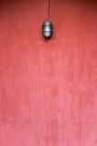 Το υπόβαθρο του κενού τοίχου grunge, κόκκινο χρωμάτισε, με τον παλαιό λαμπτήρα μόδας Στοκ εικόνες με δικαίωμα ελεύθερης χρήσης