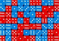 Το υπόβαθρο του τυχαίων διαταγμένων κοκκίνου 70 και του μπλε χωρίζει σε τετράγωνα στοκ εικόνα