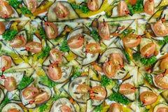 Το υπόβαθρο των καναπεδάκια και των ορεκτικών πρόχειρων φαγητών από τις ντομάτες, ψωμί, μελιτζάνα, πρασινίζει στοκ εικόνα με δικαίωμα ελεύθερης χρήσης
