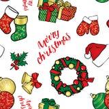 Το υπόβαθρο των Χριστουγέννων αντιτίθεται - ένα στεφάνι, σφαίρες, διακοσμήσεις, δώρα, κάλτσες, μπότες, ένα καπέλο Άγιου Βασίλη, έ Στοκ Εικόνες