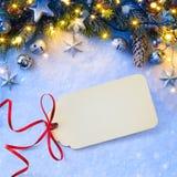 Το υπόβαθρο Χριστουγέννων με μια ασημένια διακόσμηση, αστέρια Χριστουγέννων, είναι Στοκ εικόνες με δικαίωμα ελεύθερης χρήσης