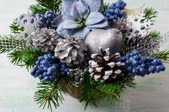 Το υπόβαθρο Χριστουγέννων με τα μπλε poinsettias μεταξιού και ακτινοβολεί berr Στοκ Εικόνα