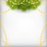 Το υπόβαθρο Χριστουγέννων με τον κλάδο έλατου διακόσμησε τις χρυσές χάντρες garlan Στοκ φωτογραφία με δικαίωμα ελεύθερης χρήσης