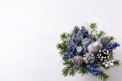 Το υπόβαθρο Χριστουγέννων με το ασήμι ακτινοβολεί ντεκόρ και μπλε μετάξι POI Στοκ εικόνα με δικαίωμα ελεύθερης χρήσης
