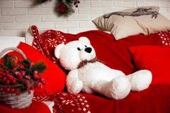 Το υπόβαθρο Χριστουγέννων με το λευκό αντέχει το παιχνίδι Στοκ φωτογραφίες με δικαίωμα ελεύθερης χρήσης