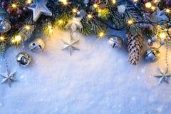 Το υπόβαθρο Χριστουγέννων τέχνης με μια ασημένια διακόσμηση, αστέρια Χριστουγέννων, είναι Στοκ φωτογραφίες με δικαίωμα ελεύθερης χρήσης
