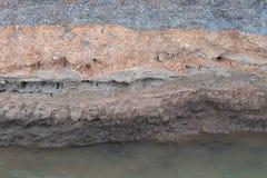 Το υπόγειο αμμοχάλικο κάτω από το δρόμο διαβρώθηκε Στοκ φωτογραφία με δικαίωμα ελεύθερης χρήσης