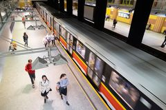 Το υπόγειο τρένο που θολώνεται φθάνει στο σταθμό ν Βαρσοβία, Πολωνία Centrum στοκ εικόνες