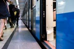 Το υπόγειο τρένο που μένει σε έναν σταθμό μετρό με τις πόρτες ανοικτές με το υπόβαθρο s στοκ φωτογραφία