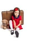 Το δυστυχισμένο όμορφο μικρό κορίτσι με τη βαλίτσα και το παιχνίδι αντέχουν Στοκ φωτογραφία με δικαίωμα ελεύθερης χρήσης