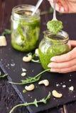 Το δυτικό ανακάρδιο Arugula πράσινο Pesto Στοκ φωτογραφία με δικαίωμα ελεύθερης χρήσης