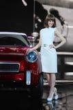 Το δυτικό κορίτσι στο αυτοκίνητο παρουσιάζει Στοκ εικόνα με δικαίωμα ελεύθερης χρήσης