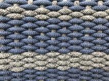 Το υφαμένο γκρίζο και σκούρο μπλε μικρό σφιχτό βαμβάκι κυλά ως σχέδιο της λυγαριάς στοκ φωτογραφίες