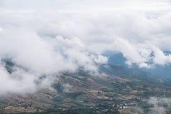 Το υψηλό βουνό καλύπτει με συνήθως το νεφελώδη στοκ φωτογραφία με δικαίωμα ελεύθερης χρήσης