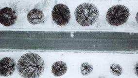 Το υψηλό επίπεδο της χειμερινής πρόγνωσης καιρού χιονιού και θύελλας χιονιού προειδοποιεί την ημέρα στην πόλη Τοπ άποψη του ίχνου απόθεμα βίντεο