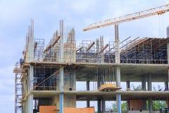Το υψηλό μεγάλο εργοτάξιο οικοδομής αναπτύσσει μέσα την εργασία πόλεων και γερανών με το διάστημα αντιγράφων προσθέστε το κείμενο Στοκ εικόνα με δικαίωμα ελεύθερης χρήσης