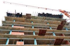 Το υψηλό μεγάλο εργοτάξιο οικοδομής αναπτύσσει μέσα την εργασία πόλεων και γερανών με το διάστημα αντιγράφων προσθέστε το κείμενο Στοκ εικόνες με δικαίωμα ελεύθερης χρήσης
