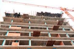Το υψηλό μεγάλο εργοτάξιο οικοδομής αναπτύσσει μέσα την εργασία πόλεων και γερανών με το διάστημα αντιγράφων προσθέστε το κείμενο Στοκ Εικόνα