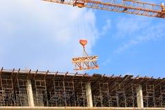 Το υψηλό μεγάλο εργοτάξιο οικοδομής αναπτύσσει μέσα την εργασία πόλεων και γερανών με το διάστημα αντιγράφων προσθέστε το κείμενο Στοκ Φωτογραφία