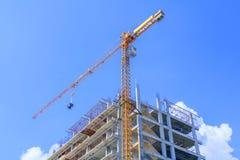 το υψηλό μεγάλο εργοτάξιο οικοδομής αναπτύσσει μέσα την εργασία γερανών πόλεων και πύργων Με το διάστημα αντιγράφων Στοκ Εικόνες