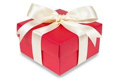 το υψηλό απομονωμένο κόκκινο δώρων κιβωτίων δίνει το λευκό διάλυσης Ψαλιδίζοντας μονοπάτι Στοκ Εικόνες