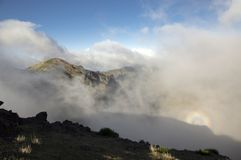 Το φάσμα Brocken αποκαλούμενο επίσης το τόξο ή το φάσμα βουνών εμφανίστηκε Pico do Arieiro, βουνά της Μαδέρας Στοκ Εικόνα