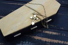 Το φέρετρο, ο σοβαρός και χρυσός χριστιανικός σταυρός Στοκ Εικόνα