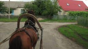 Το φέρνοντας κάρρο αλόγων παίρνει ανοίγει το του χωριού προαστιακό σταυροδρόμι φιλμ μικρού μήκους