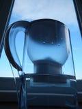 Το φίλτρο εγχώριου νερού με καθαρίζει το νερό Στοκ εικόνες με δικαίωμα ελεύθερης χρήσης