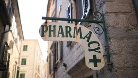 Το φαρμακείο ` ετικετών ` στον τοίχο Πινακίδα φαρμακείων στον τοίχο απόθεμα βίντεο
