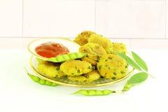 Το φασόλι Tuvar ή το vada thepla pakoda μπιζελιών περιστεριών fritter το ινδικό πρόχειρο φαγητό τροφίμων gujrati Στοκ φωτογραφίες με δικαίωμα ελεύθερης χρήσης