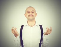 Το φαλακρό αρσενικό, στην περισυλλογή θέτει, χαλαρώνοντας, στο zen, Στοκ Εικόνα