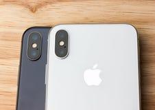 Το Φεβρουάριο του 2018 Δύο Iphone Χ βρίσκονται σε έναν ξύλινο πίνακα Στοκ Εικόνα