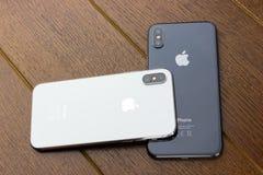 Το Φεβρουάριο του 2018 Δύο Iphone Χ βρίσκονται σε έναν ξύλινο πίνακα Στοκ φωτογραφία με δικαίωμα ελεύθερης χρήσης