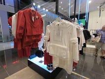 Το Φεβρουάριο του 2019 του Ντουμπάι Ε.Α.Ε. - φόρεμα και πουκάμισα των γυναικών που επιδεικνύονται για την πώληση στοκ εικόνες
